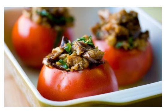 горячие, запеченые Farshirovannye-pomidory-s-mjasnym-salatom_1
